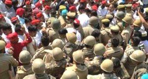 भीम आर्मी अध्यक्ष ,सपा कार्यकर्ताओं  को पीड़िता के घर जाने से रोका